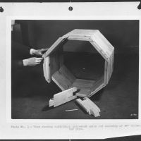 Substitute materials. Wood culverts for steel. Assembly of an emergency sectional wood pipe, twenty-four inches in diameter. These pipes, used in place of corrugated iron or reinforced concrete pipes, are made of sections cut from short lengths of wood. Locking of adjacent rings with hardwood dowel pins produces a flexible structure. About 100,000 feet of these wooden pipes were installed in 1942 in drainage culverts, storm sewers and conduits under highways and at army camps, naval stations, airfields and ordnance plants. Albert Freeman, William Perlitch or Roger Smith, 1943. Collectie Farm Security Administration - Office of War Information Photograph Collection (Library of Congress)